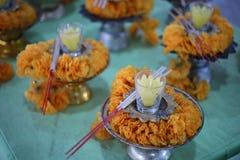 Kwiaty, kadzidło, świeczki, wynagrodzenie hołd Buddyjskie wiary zdjęcia royalty free