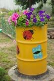 Kwiaty kwitnie w starej baryłce Obraz Stock