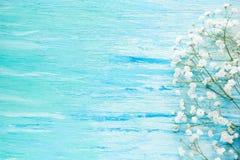 Kwiaty na błękicie drewnianym Zdjęcia Royalty Free