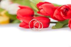 Kwiaty na białym tle i obrączki ślubne Zdjęcie Stock