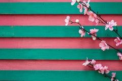 Kwiaty na drewnianym tle Zdjęcia Stock