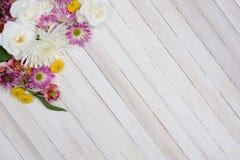 Kwiaty na drewno stole Zdjęcia Royalty Free
