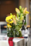 Kwiaty na Kawowym hotelowym bufecie obraz stock