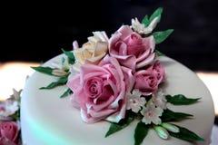 Kwiaty na ślubu torcie Zdjęcia Royalty Free