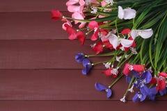 Kwiaty na ramie, tle drewnianych, kwiecistych, wiosny lub lata Zdjęcia Royalty Free