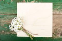 Kwiaty na rocznik drewnianych deskach fotografia royalty free