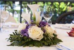Kwiaty na ustawiającym stole obraz stock