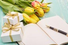 Kwiaty, prezenty i pusta dzienna bela, Zdjęcia Royalty Free