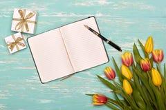 Kwiaty, prezenty i pusta dzienna bela, Obraz Stock