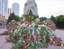 Kwiaty przynoszący ludźmi zabytek chwała na zwycięstwo dniu nad fascism, Maj 9 fotografia royalty free