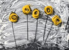 Kwiaty robić od Włoskiego makaronu zdjęcie stock