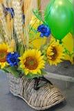 Kwiaty słonecznik w słomianym bucie Zdjęcia Stock