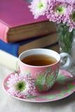 kwiaty spodek kubek herbaty Zdjęcia Royalty Free