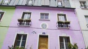 Kwiaty stoi w garnkach blisko pięknego purpura domu, wygodna ulica w Paryż zbiory wideo
