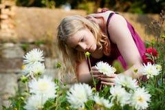 kwiaty uprawiają ogródek kobiety działanie fotografia royalty free