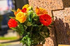 Kwiaty w cmentarzu z nagrobkami w tle Zdjęcia Royalty Free