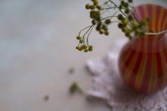Kwiaty w czerwonej wazie w lecie Zdjęcia Royalty Free