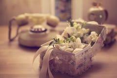 Kwiaty w eleganckim pudełku na stole zdjęcie royalty free
