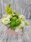Kwiaty w kartonowej kopercie na drewnianym rocznika tle zdjęcie stock