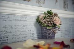 Kwiaty w koszu część wewnętrzna Zdjęcia Stock