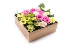 Kwiaty w prezenta pudełku odizolowywającym Zdjęcia Royalty Free
