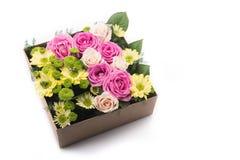 Kwiaty w prezenta pudełku odizolowywającym Obraz Stock