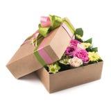 Kwiaty w prezenta pudełku odizolowywającym Zdjęcie Stock