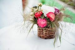 Kwiaty w wazie na stole Zdjęcie Royalty Free