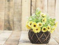 Kwiaty w wazie wyplatają drewno Obrazy Stock