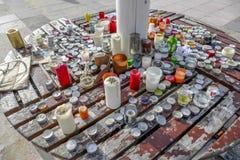 Kwiaty, wiadomości i świeczki, opuszczali, po modlitwy dla Paryż i czuwania Obrazy Stock