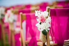 Kwiaty wzdłuż nawy przy ślubną ceremonią Zdjęcia Royalty Free