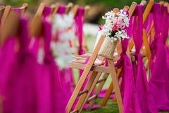 Kwiaty wzdłuż nawy przy ślubną ceremonią Obrazy Stock