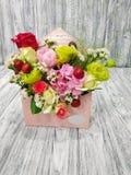 Kwiaty z jabłkami i jagodami w kartonowej kopercie na rocznika tle fotografia royalty free