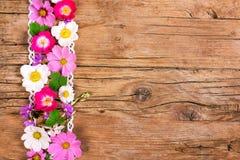 Kwiaty z koronką, drewniany tło obraz stock