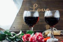 Kwiaty z list miłością na dwa szkłach kola Fotografia Stock