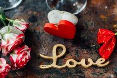 Kwiaty z list miłością na dwa szkłach kola Zdjęcia Royalty Free