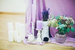 Kwiaty z wystrojem i białym drewnem Zdjęcie Royalty Free