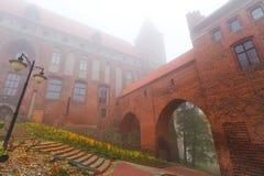 Kwidzyn slott och domkyrka i dimmig dag Royaltyfri Bild