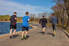 19 Kwiecień, 2018 - Moskwa miasta park Grupa młodzi ludzie biega w sportswear Obrazy Stock