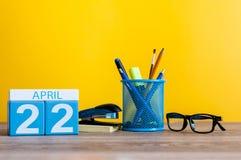 Kwiecień 22nd Dzień 22 miesiąc, kalendarz na biznesowego biura tle, miejsce pracy Wiosna czas… wzrastał liście, naturalny tło Fotografia Stock