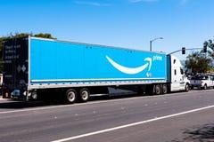 Kwiecień 12, 2019 Newark, CA, usa/- amazonki ciężarowy jeżdżenie na ulicie w Wschodnim San Francisco zatoki terenie; wielki  obrazy royalty free