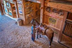 KWIECIEŃ 22, 2017, RIDGWAY KOLORADO: Kowbojów comberów koń na Centennial rancho, Ridgway, Kolorado - bydło rancho posiadać Vince  Zdjęcia Royalty Free