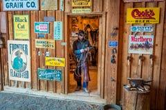 KWIECIEŃ 22, 2017, RIDGWAY KOLORADO: Kowbojów comberów koń na Centennial rancho, Ridgway, Kolorado - bydło rancho posiadać Vince  Zdjęcia Stock