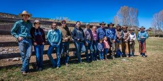KWIECIEŃ 22, 2017, RIDGWAY KOLORADO: Kowbojów i Cowgirls poza przeciw ogrodzeniu przy Centennial rancho, Ridgway, Kolorado bydło  Zdjęcia Royalty Free