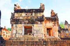 Kwiecień 15, 2017 Tajlandia świątynia budował według Hinduskich wiar - Sa Kaeo prowincja - Zwiedzający ` Prasat Sadok Kok Thom `  Zdjęcia Royalty Free