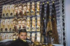 Kwiecień 27-Tel Aviv IZRAEL OMC Cosmo piękno, 2015 - sprzedawców toupees - obrazy stock