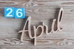 Kwiecień 26th Dzień 26 miesiąc, dzienny kalendarz na drewnianym stołowym tle Wiosna czasu temat Obrazy Royalty Free