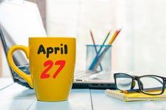 Kwiecień 27th Dzień 27 miesiąc, kalendarz na ranek filiżance, biznesowego biura tło, miejsce pracy z laptopem i Obrazy Royalty Free