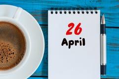 Kwiecień 26th Dzień 26 miesiąc, kalendarz z ranek filiżanką przy miejscem pracy, Wiosna czas, odgórny widok Obrazy Stock