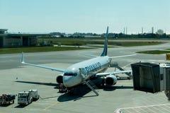Kwiecień 5th, 2017, Sa Carneiro lotnisko, Porto Portugalia, Ryanair, - samolot parkujący Obraz Royalty Free